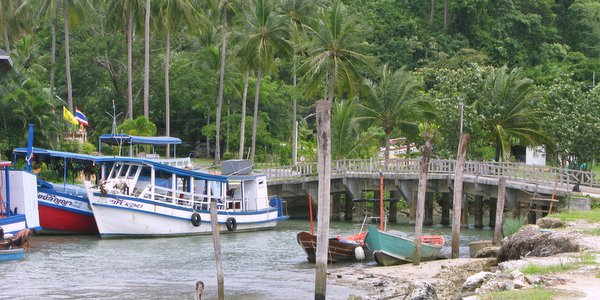 chai-chet-beach-koh-chang-beaches-boats